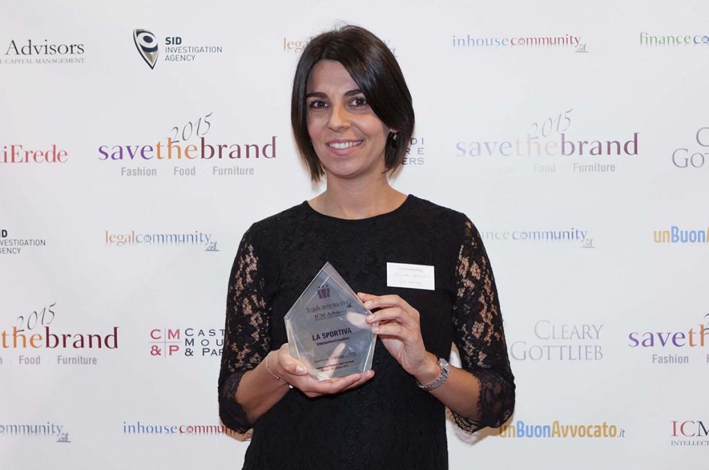 Giulia Delladio di La Sportiva con il premio internazionalizzazione di  Save the brand 2015