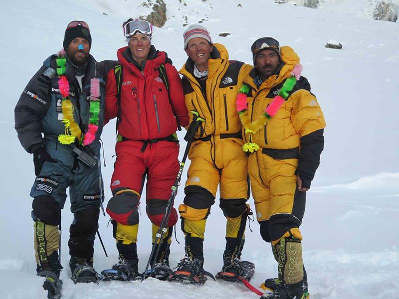 Alex Txikon, Tamara Lunger, Simone Moro e Ali Sadpara a campo base dopo la storica prima invernale del Nanga Parbat (8126m)