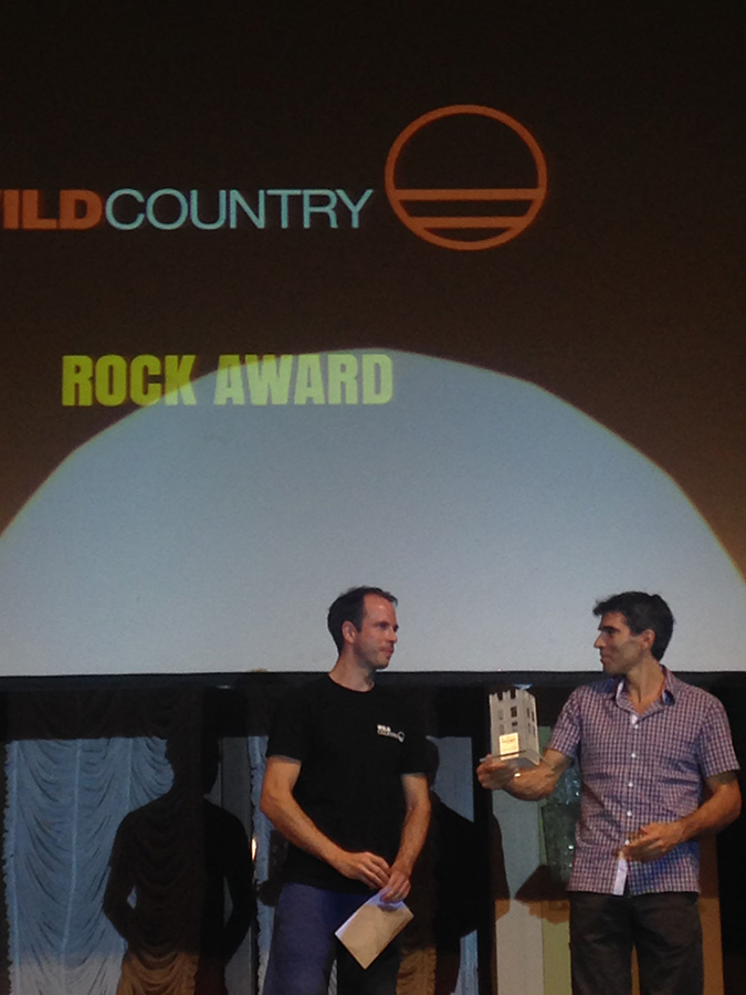 James Blay consegna il premio Wild Country Rock Award 2016 a Dani Andrada
