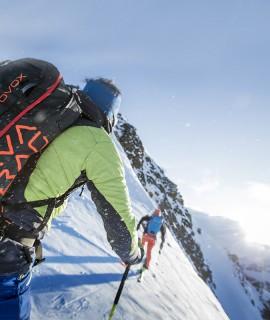 Per AVABAG ORTOVOX si è ispirato alle gelide vette, alle lunghe discese e alle faticose salite ed è proprio qui che è stato sviluppato e testato. Tutti gli scialpinisti, i freerider e gli amanti della neve fresca sono cordialmente invitati!