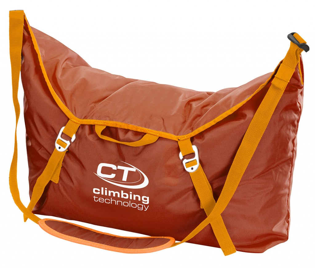 City Rope Bag is a practical rope bag with shoulder strap and an integrated tarp, practical and easy to carry to the base of the crag.