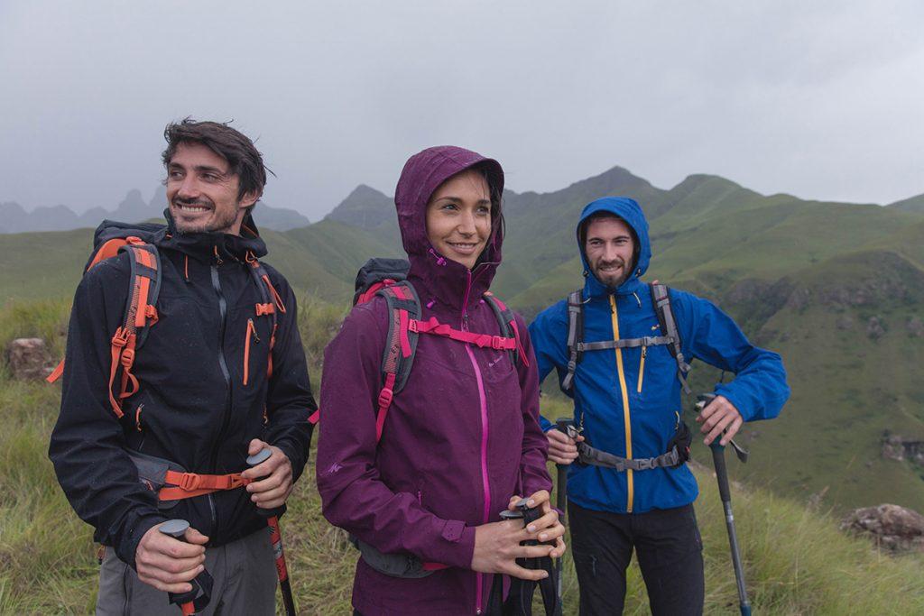 Consigli per escursioni all'asciutto: la giacca trekking Forclaz 400 della della collezione Quechua: impermeabile, ideale per camminare in montagna e proteggersi dal vento e la pioggia