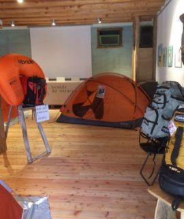 """La Locanda del Silenzio di Camoglieres, in occasione dei 25 anni dei Percorsi Occitani in Valle Maira, ospita la mostra """"Ferrino"""" di tende originali utilizzate da grandi alpinisti"""