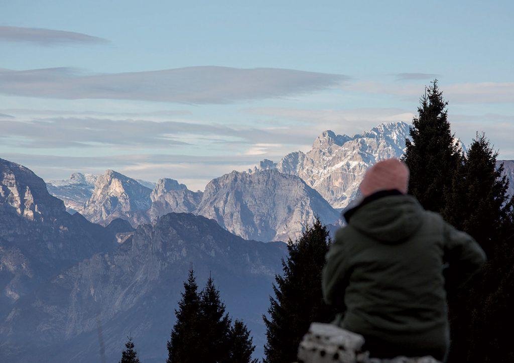 Quando le foglie cambiano colore e l'aria si fa più frizzante, con la calzatura giusta non si rinuncia a passeggiate, trekking ed escursioni in montagna.