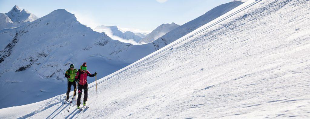 Karpos scialpinismo si pone come primo obiettivo non la conquista, bensì la condivisione con chi vive di passione per la natura e il supporto a chi si arma d'impegno per poter salire sempre più in alto, a guardare oltre l'orizzonte.