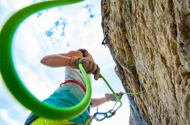 La corda Cliff Simond 9.5mm x 70m verde, ideata per l'arrampicatore che cerca una corda polivalente con un ottimo rapporto leggerezza/durata.