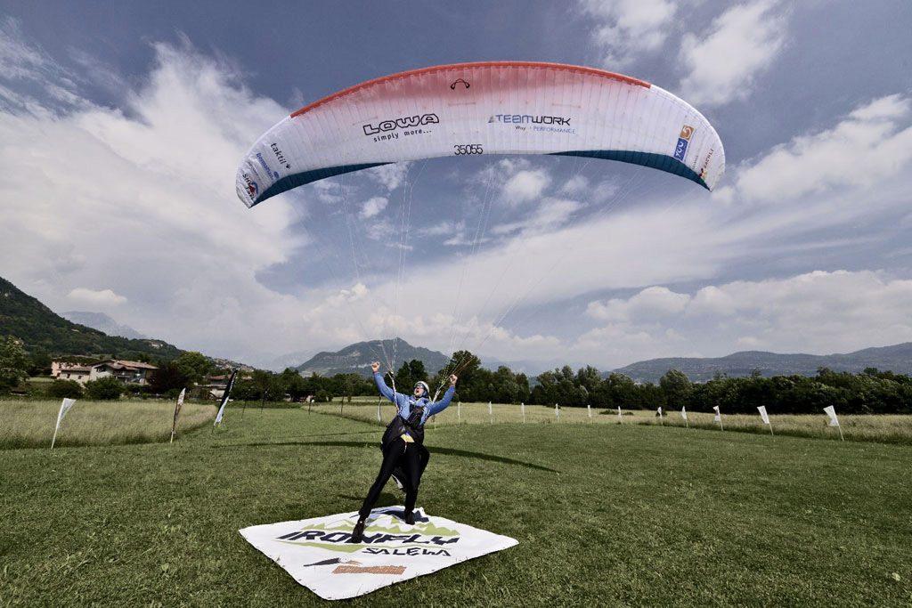 Il campione svizzero Christian Maurer ha vinto la prima edizione della Salewa Ironfly, la seconda gara di hike&fly più lunga al mondo.