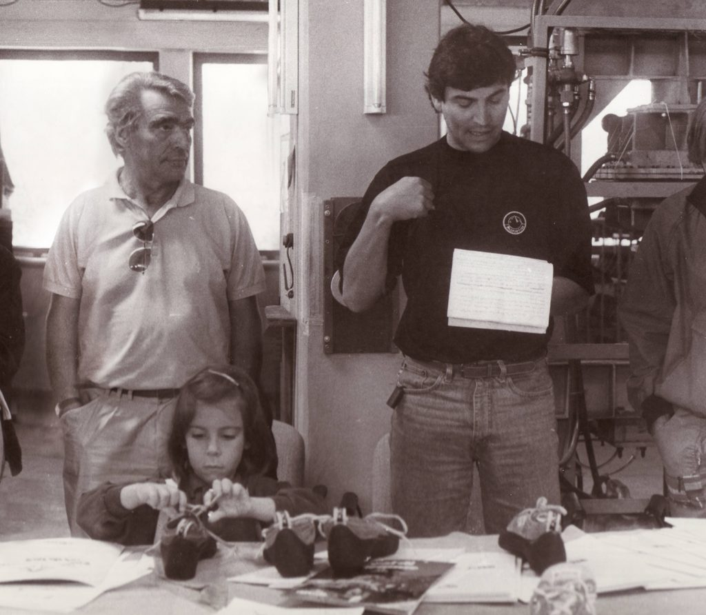La Sportiva: Francesco Delladio, Lorenzo Delladio e Giulia Delladio nella fabbrica negli anni '90