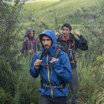 La giacca Forclaz 400 della collezione Quechua è stata ideata per camminare in montagna e per proteggersi da pioggia e vento.