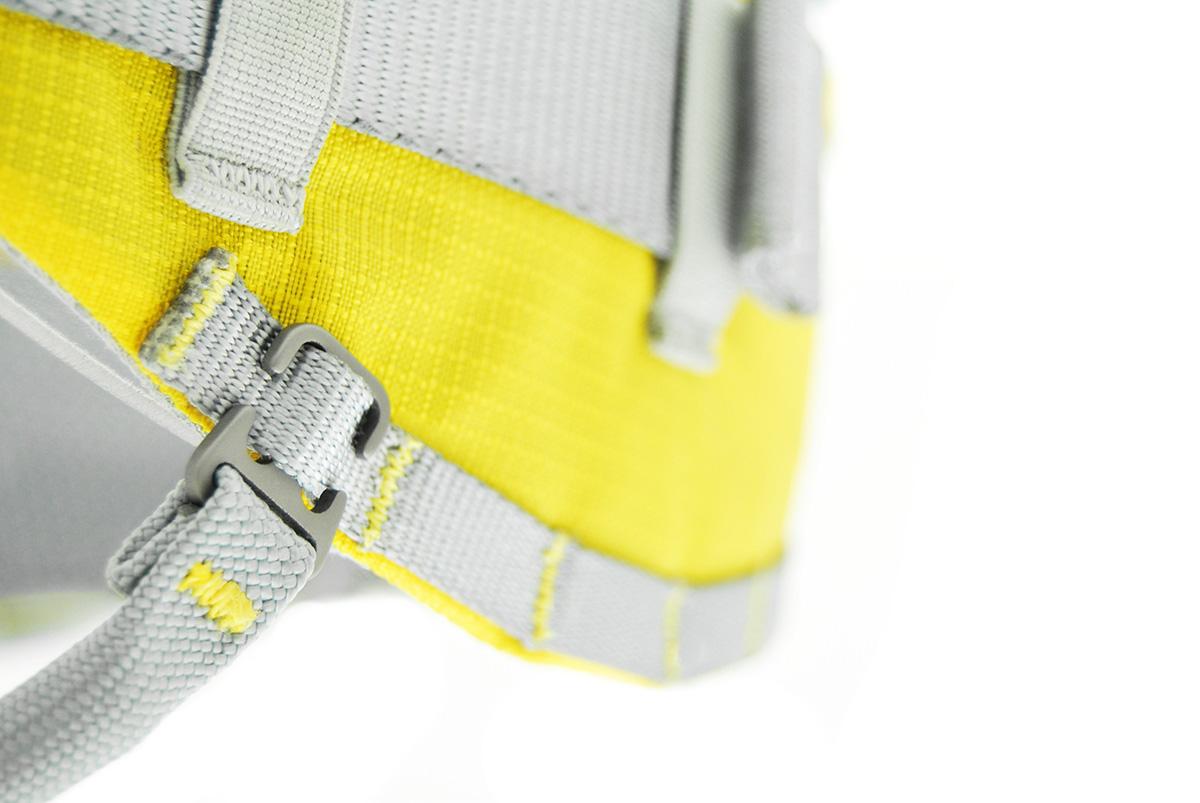 Imbragatura Kong Aeron Flex: fornita con 4 porta materiali corti e uno lungo.