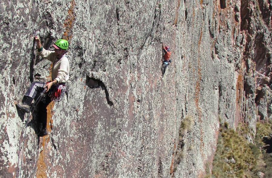 Ragazzi della missione di Peñas durante l'arrampicata (foto Peñas tours)