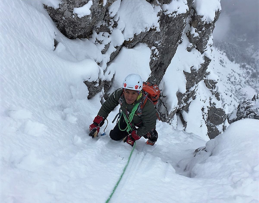 Dalla Bolivia all'Italia per diventare guida alpina: Ronald Choque sta trasformando il suo sogno in realtà anche grazie a C.A.M.P. Qui Ronald in arrampicata invernale sulle montagne lecchesi (foto Adriano Selva)