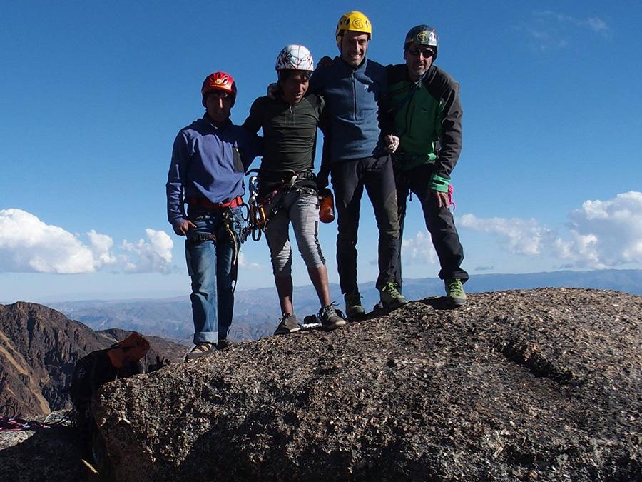 """Ronald Choque (secondo da sx) al termine della prima salita di """"Kamasa"""" (foto Bolivia Alpine Style)"""