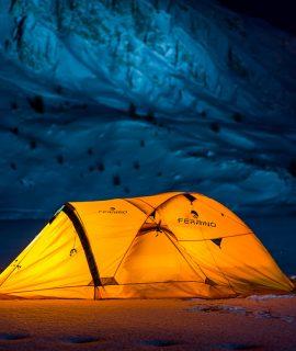 Ferrino ha lavorato con Alban per studiare una tenda su misura per la spedizione: una Ferrino High Lab modello Pilier con in aggiunta l'abside per cucinare e un ulteriore accesso posteriore.