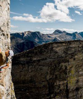 Mammut presenta la combinazione ideale per una maggiore sicurezza in arrampicata: scarpa Alnasca Low & Assicuratore Smart 2.0. Qui Dani Arnold e Tatsuya Aoki in arrampicata sulla parete sud di Poncione d'Alnasca
