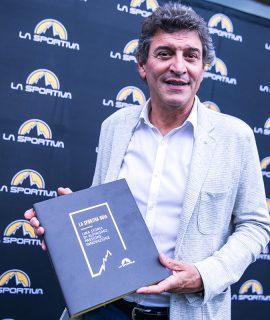 Lorenzo Delladio di La Sportiva con il libro 'La Sportiva 90th, una storia di alpinismo, passione ed innovazione', vincitore del Premio OMI 2018