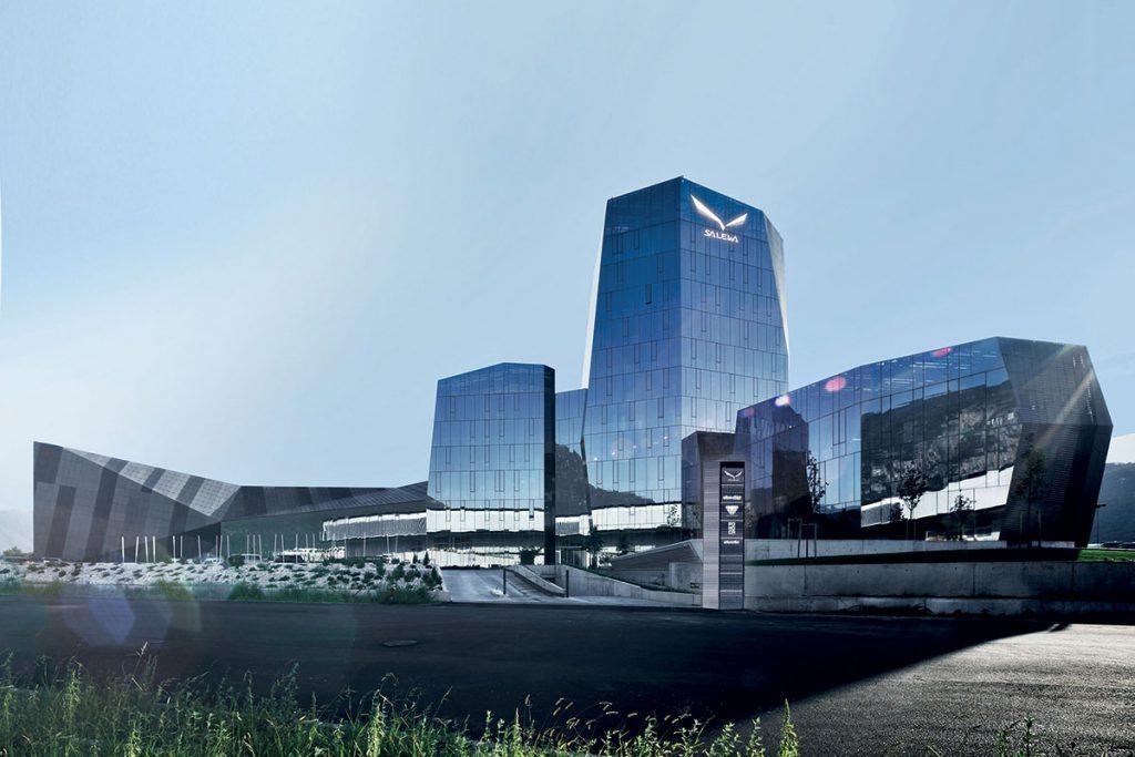 """L'headquarter del Gruppo Oberalp è certificato """"Work&Life"""" da parte dell'agenzia CasaClima; l'edificio ha la copertura piana parzialmente a verde e in parte occupata da pannelli fotovoltaici per una produzione di 400.000 kwh/anno, producendo più energia di quanto ne venga consumata, anche grazie al fatto che il consumo di energia per il suo funzionamento è stato ridotto del 38% negli ultimi cinque anni - foto: Oberalp"""