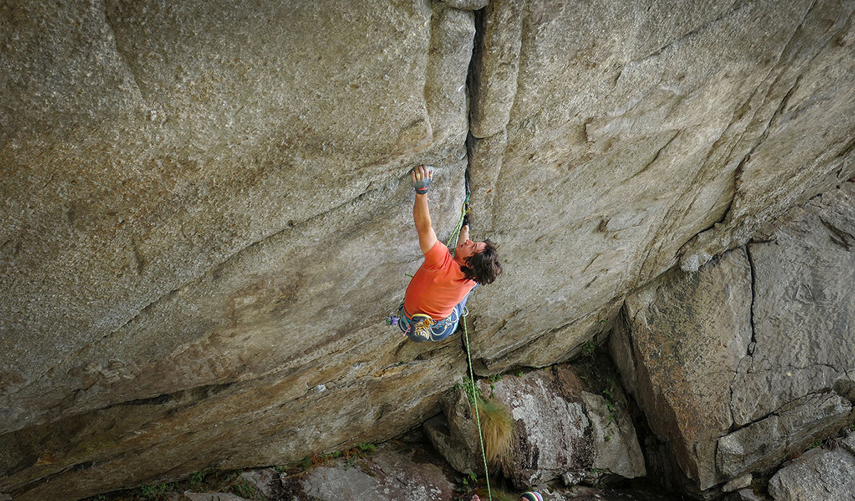 Matteo della Bordella climbing Greenspit, the horizontal roof in Valle dell'Orco freed by Didier Berthod