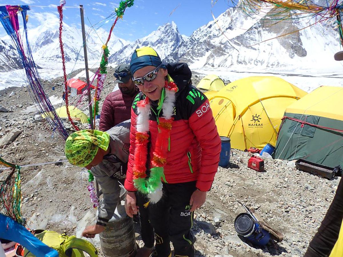 L'alpinista austriaco e pioniere di Boa Max Berger al Campo Base del Broad Peak