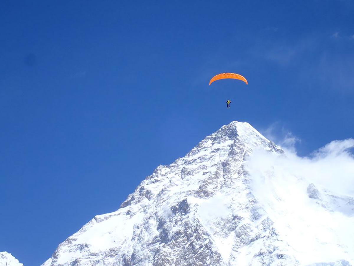 L'alpinista austriaco e pioniere di Boa Max Berger in volo dal Broad Peak © Juan Carlos San Sotero