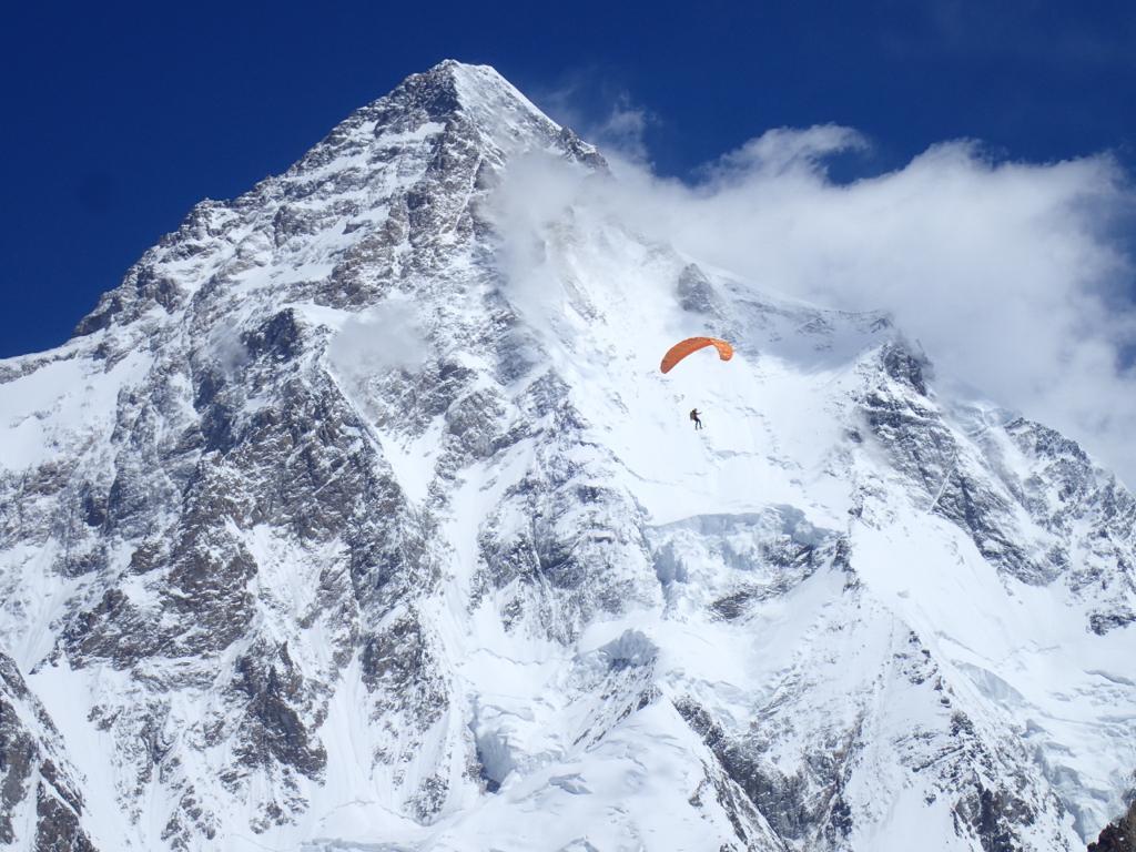 Il pioniere di Boa Max Berger vola da 7100 metri. dopo aver raggiunto la vetta del Broad Peak. È la prima vetta della stagione per questo colosso del Karakorum © Juan Carlos San Sotero