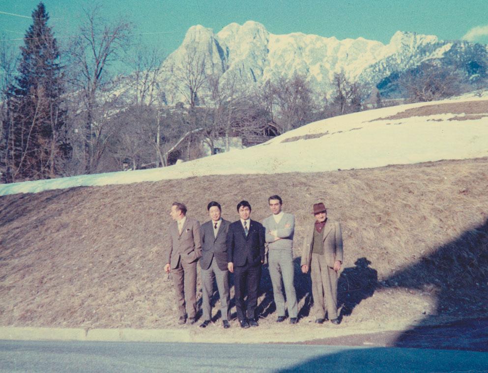 Un evento possibile anche grazie a La Sportiva Japan, partner giapponese di lunga data, già distributore del marchio della Val di Fiemme del 1969, in anticipo sui tempi nel mondo delle calzature outdoor. Nella foto Narciso Delladio e la famiglia Sato nel 1969