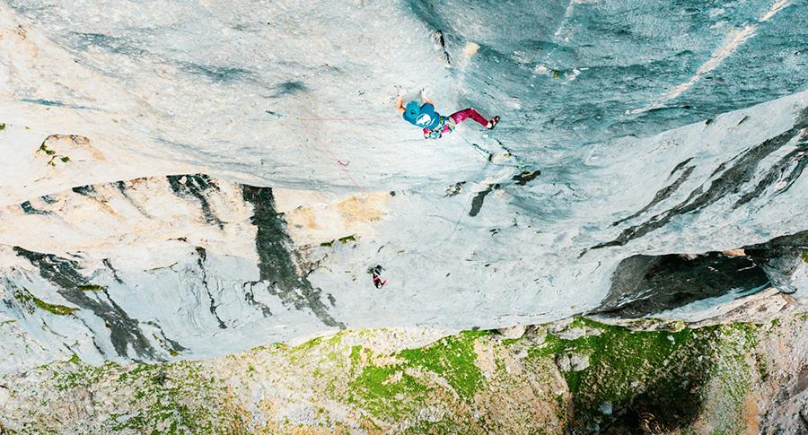 L'atleta Wild Climb Nicolò Geremia insieme a Mirco Grasso sulla loro Chiaroveggenza, parete sud della Marmolada, Dolomiti. Fotografia di Alex d'Emilia