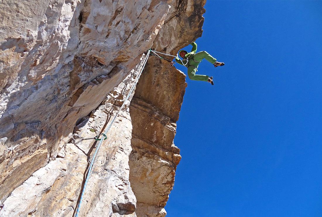 In arrampicata sulla via Costantini - Apollonio. Aperta da Ettore Costantini e Renato Apollonio il 13 luglio 1944, è sicuramente la via più famosa e ripetuta della parete