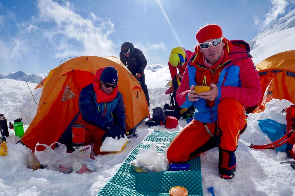 Gli alpinisti Millet Francesco Ratti e Marco Camandona sono impegnati in una difficile spedizione in Nepal per salire Pangpoche e il Manaslu, insieme a François Cazzanelli, Emrik Favre e Andreas Steindl,