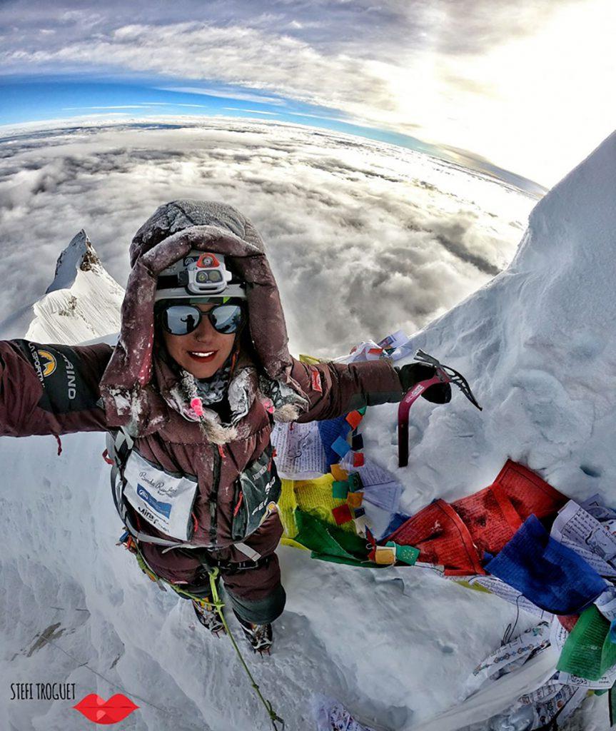 L'alpinista spagnola Stefi Troguet in cima al Manaslu