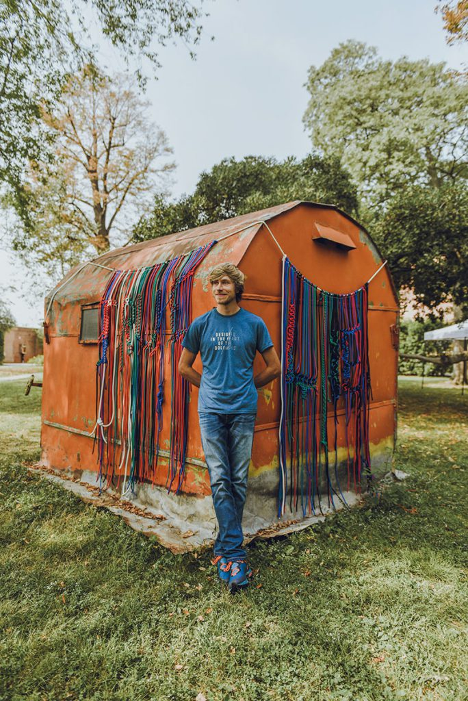 Simon Messner: davanti al progetto artistico Bivacco, che ha ottenuto l'uso del bivacco intitolato a Günther Messner, che Reinhold aveva fatto costruire nel 1972 per ricordare il fratello scomparso sul Nanga Parbat © altripiani.org
