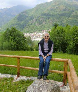 Orazio Codeg, presidente e autentica anima di C.A.M.P. dagli anni Sessanta al 2004, con Premana sullo sfondo