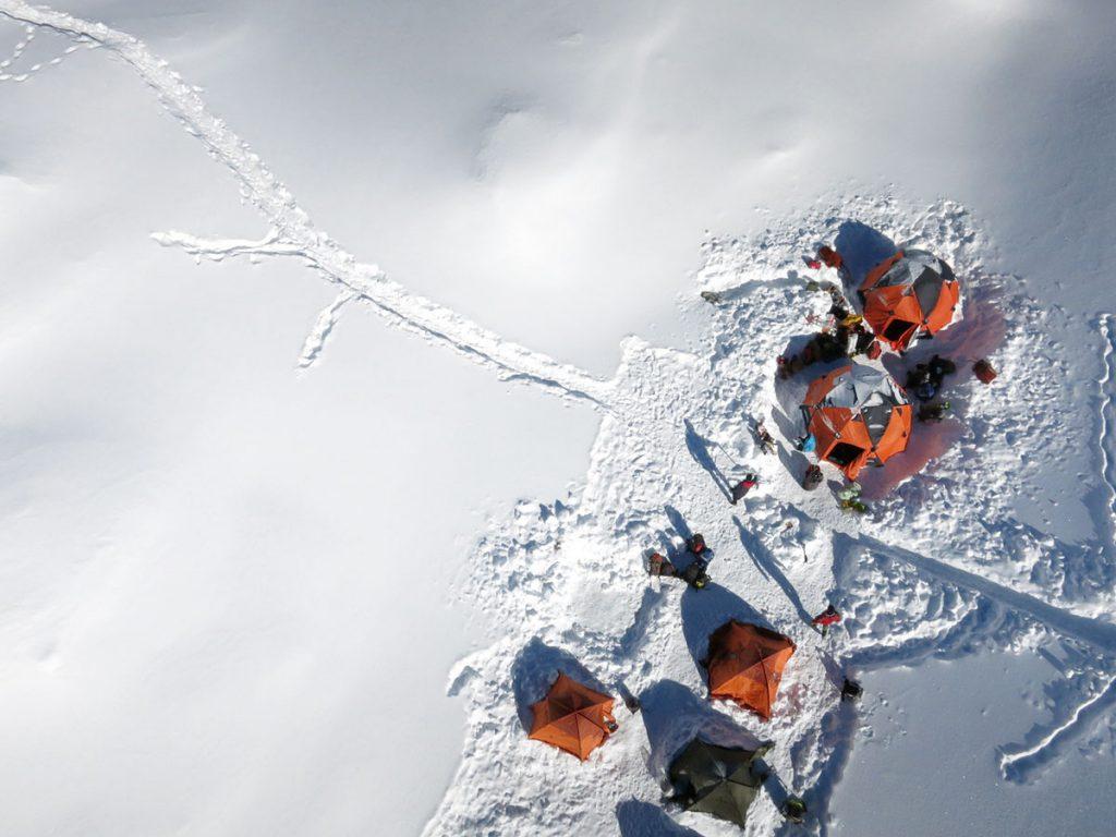 Zaini XMT della linea alpinismo Ferrino High Lab, di grandi dimensioni e dall'elevatissima robustezza, saranno forniti ad Alex e al suo team, insieme a diversi modelli di tende da spedizione, ognuno dei quali è stato valutato da Alex con estrema attenzione e scelto per venire usato nei vari campi che ospiteranno l'alpinista e il suo team nel tentativo di scalata invernale all'Everest. © Alessio Romeo