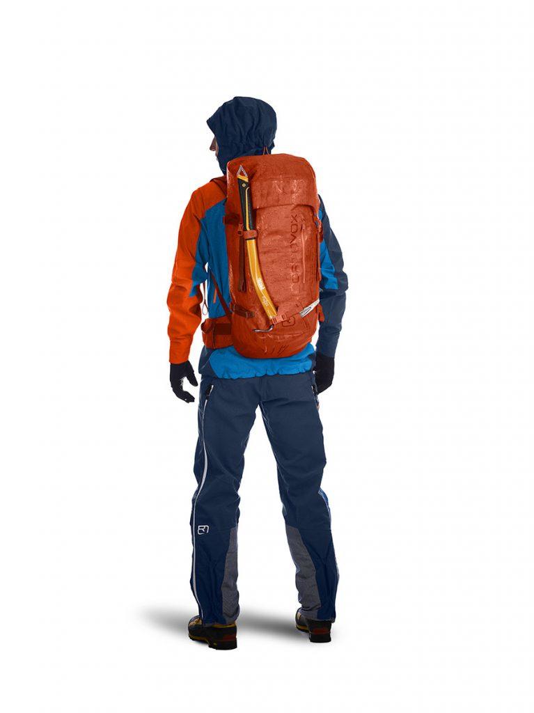 La prima linea di zaini meteo-resistenti di ORTOVOX, dedicata al trekking ad alta quota, all'alpinismo su neve e ghiaccio e all'arrampicata, è impermeabile