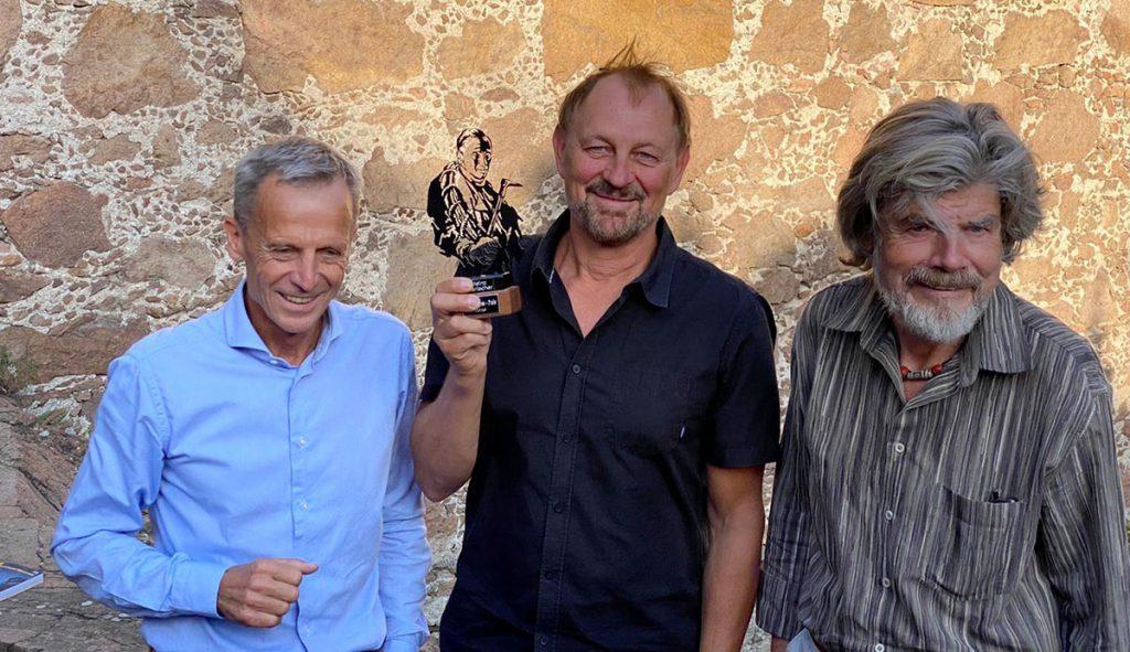 Heinz Mariacher con il Premio Paul Preuss 2020 a Castel Firmiano di Bolzano. A consegnare il prestigioso riconoscimento sono stati il noto alpinista e scrittore Reinhold Messner e il Presidente onorario della International Paul Preuss Society, Georg Bachler.