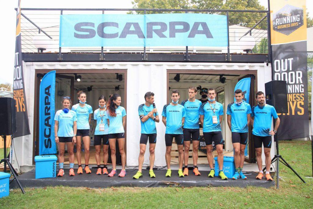 Al centro Marco De Gasperi insieme agli atleti del Trail Running Team di SCARPA