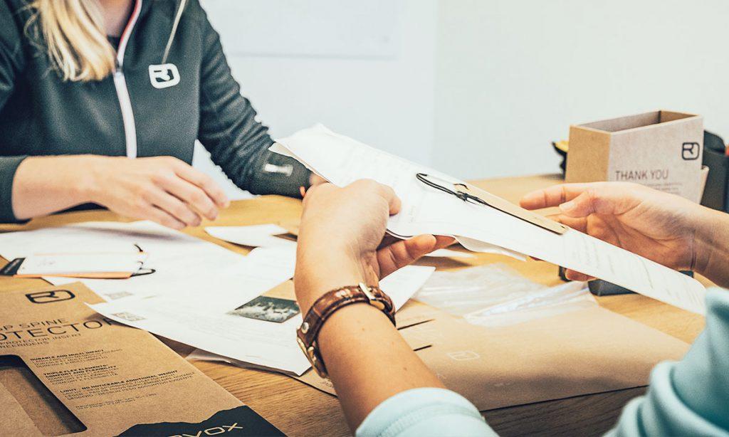 Dietro ogni brand c'è una vision. E dietro ogni vision ci sono delle persone che lavorano per concretizzarla. Il quinto Social Report di Ortovox, l'esperto bavarese specializzato in sport di montagna, punta i riflettori proprio su quelle persone che, con la forza delle loro idee, apportano nuovi impulsi all'azienda. E il titolo rispecchia proprio questo: Sustainability Insights. Perché è soprattutto durante una crisi che si conferma l'importanza della sostenibilità, nelle convinzioni come nelle relazioni. Per Ortovox questa è la strada verso il futuro.
