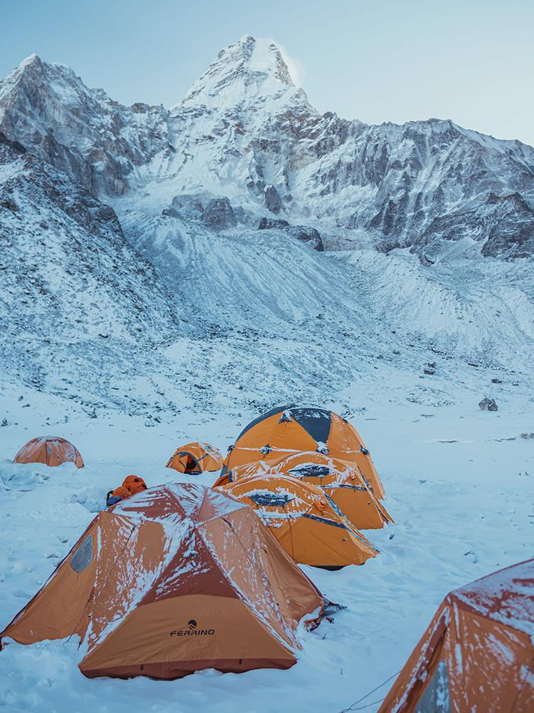 Alex Txikon durante il tentativo della invernale all'Everest senza ossigeno, e la salita dell'Ama Dablam.