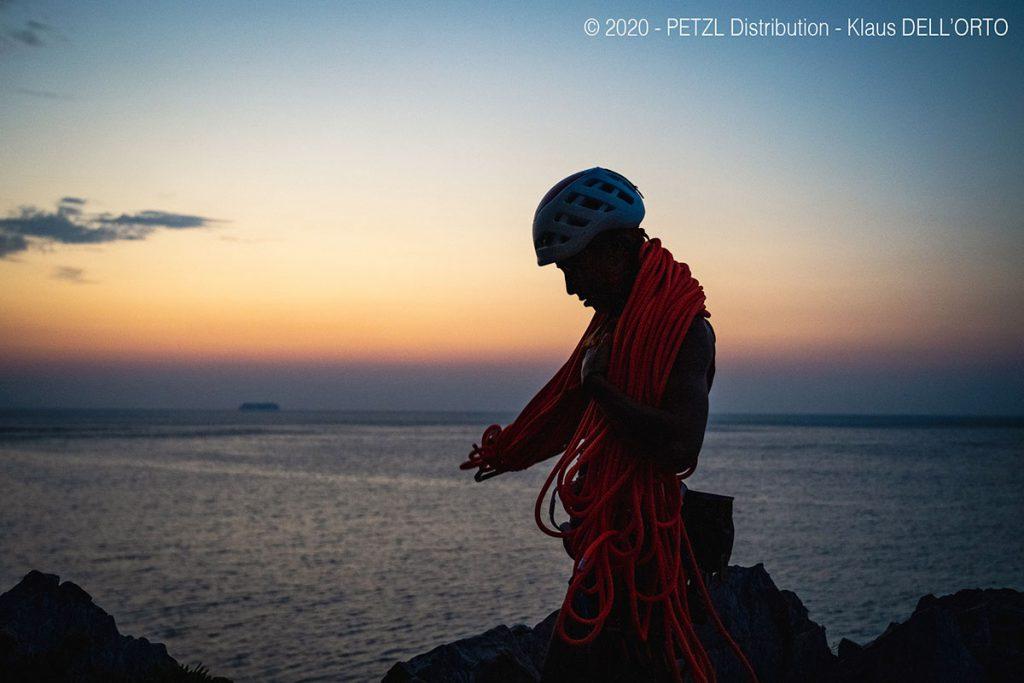 Federica Mingolla, durante le riprese del Petzl Legend Tour Italia, all'alba a Capo Noli, Finale Ligure.