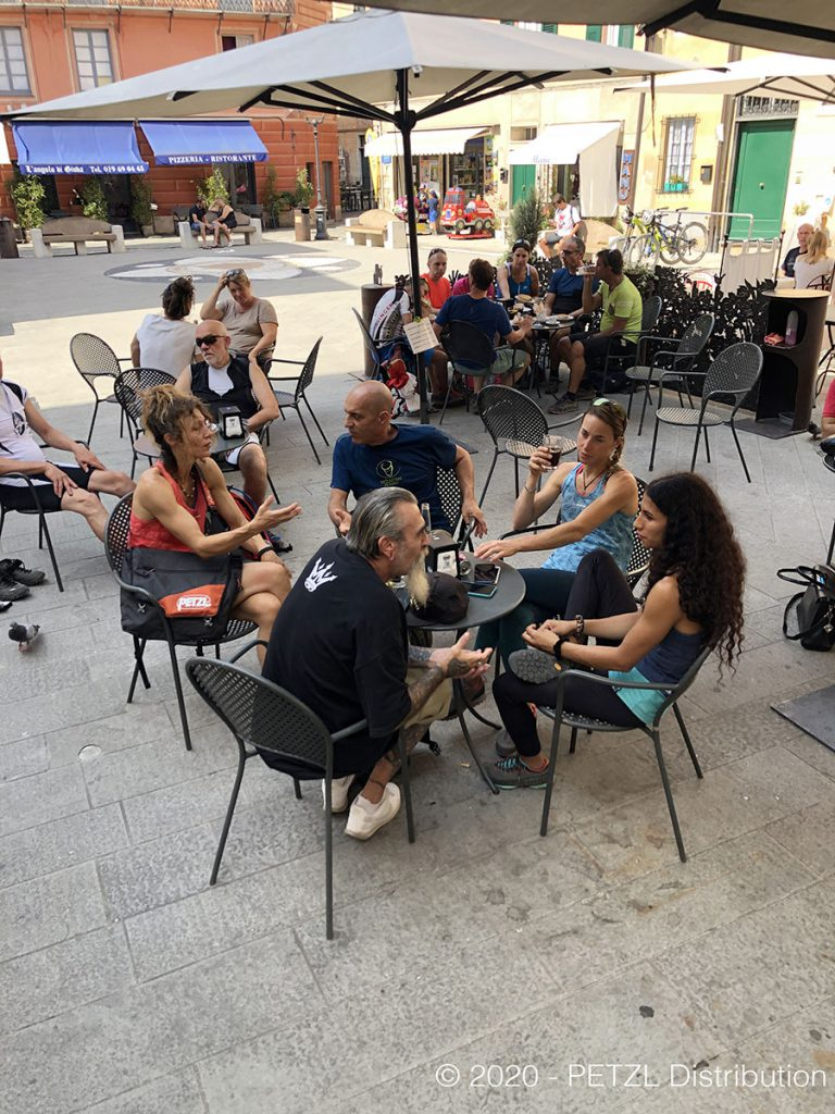 A destra Luca 'Blond' Biondi e Martino Lang parlano con Federica Mingolla, Wafaa Amer e Laura Giunta al Bar Centrale di Finalborgo.