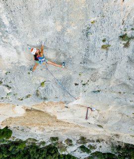 Petzl Legend Tour Italia: Wafaa Amer, durante le riprese del film, sul Bric Pianarella, Finale Ligure. © 2020 Petzl Distribution - Pietro bagnara