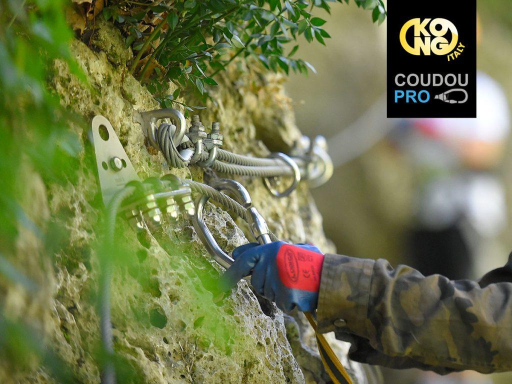 Il 25 e 26 febbraio KONG offre un corso di formazione per installatori Coudou Pro. Il sistema di linea vita continua (LVC) è sempre più utilizzato nei parchi acrobatici, sia in Italia che all'estero. La linea vita continua è intuitiva nell'utilizzo, riduce moltissimo i rischi, è durevole nel tempo e facile da manutenere.