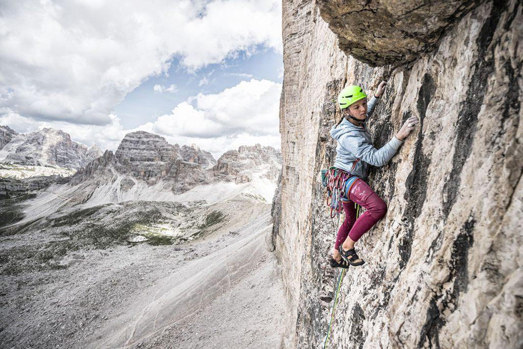 3 domande per vincere 3 giorni di arrampicata nelle Dolomiti: Salewa mette in palio 12 posti all'Alpine Campus con la climber francese Eline Le Menestrel.