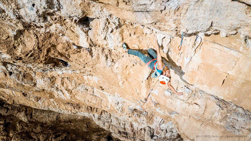 Wafaa Amer in arrampicata a Sperlonga © Lorenzo Morandini