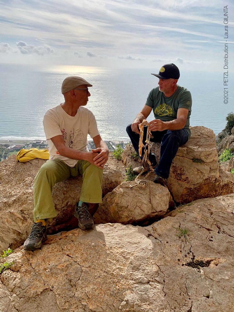 Bruno Vitale e Severino Scassa durante la consegna del materiale rimosso dalla richiodatura a Sperlonga Fotografia di Laura Giunta