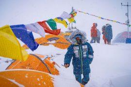 Negli ultimi anni Alex Txikon si è distinto non solo per la sua etica alpinistica e per la scelta di affrontare i colossi della Terra nella stagione più fredda, ma anche per l'attenzione all'ambiente e verso i popoli che abitano le valli himalayane.