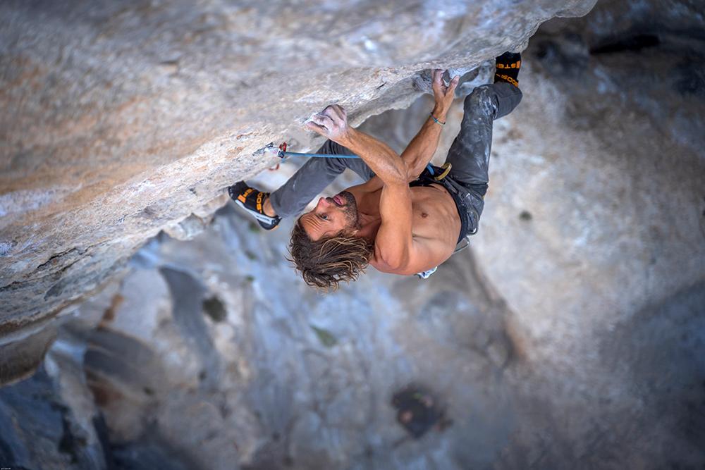 Nico Favresse in arrampicata con le scarpette Booster © Jan Novak