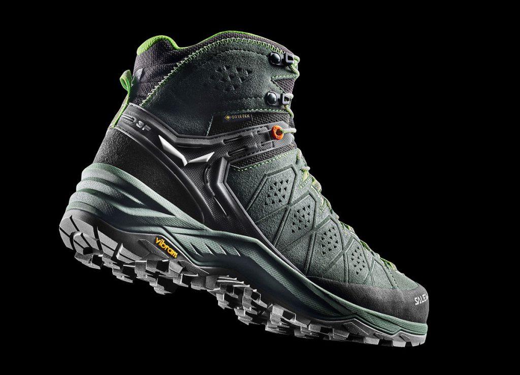 Salewa ridisegna un classico per l'hiking alpino: i scarponcini trekking Alp Trainer 2 Mid GTX. Comfort e protezione con leggerezza.
