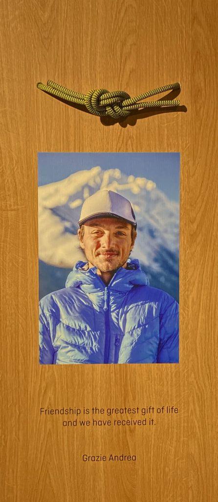 Il pannello all'interno del Salewa Store Verona che ricorda l'amico e collega Andrea Zambaldi, l'alpinista veronese scomparso nel 2014 durante una spedizione in Tibet.