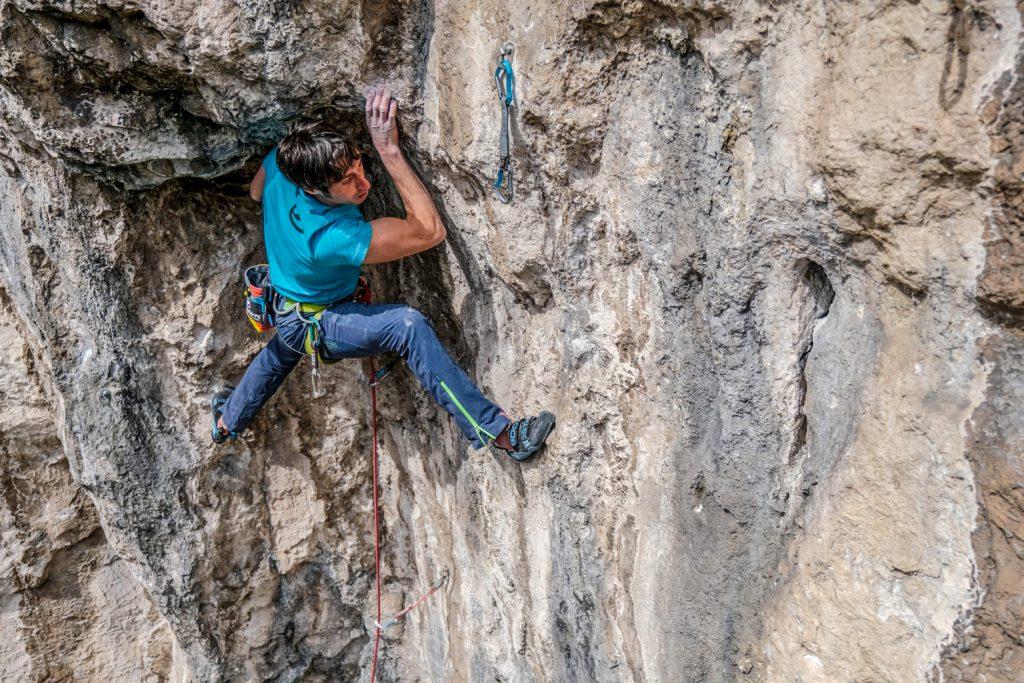 Matteo della Bordella in arrampicata alla falesia Forti di Civezzano a due passi da Trento © Riky Piana